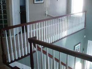 Regerdez la main courante et les marches d'escalier avec une teinture acajou, et les petit poteaux laquée blanc.